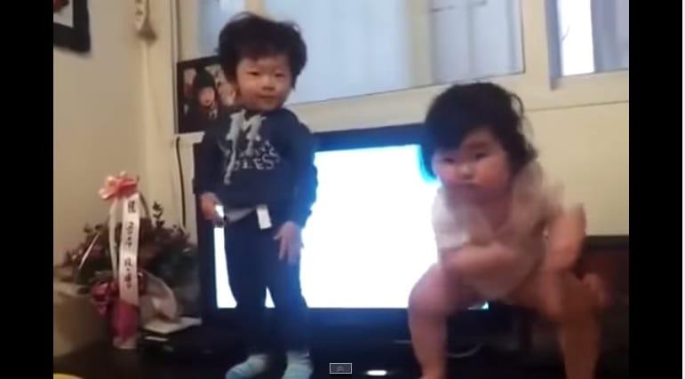 [Vidéo] Leçon de danse d'un bébé coréen
