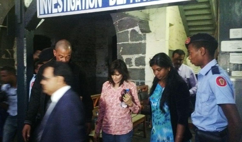 [Vidéo] Après 6 heures d'interrogatoire au CCID, Veena Ramgoolam garde le silence