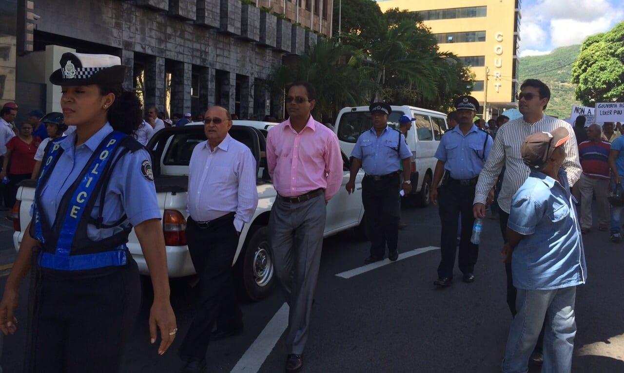 [Vidéo] L'opposition s'invite à la manifestation des clients et employés de la BAI à Port-Louis