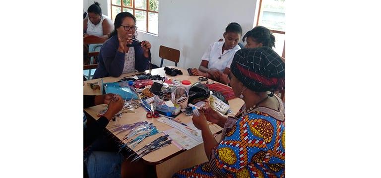 Des Rodriguais formés à la confection d'accessoires de mode