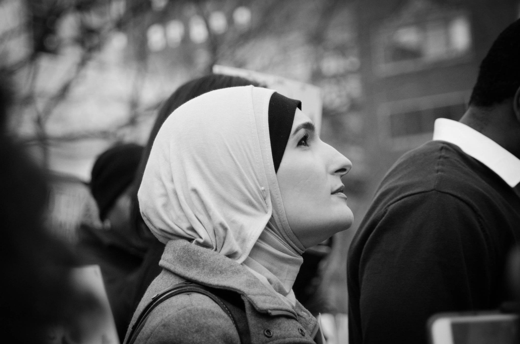 Linda Sarsour, la célèbre activiste américaine à une manifestation à New York
