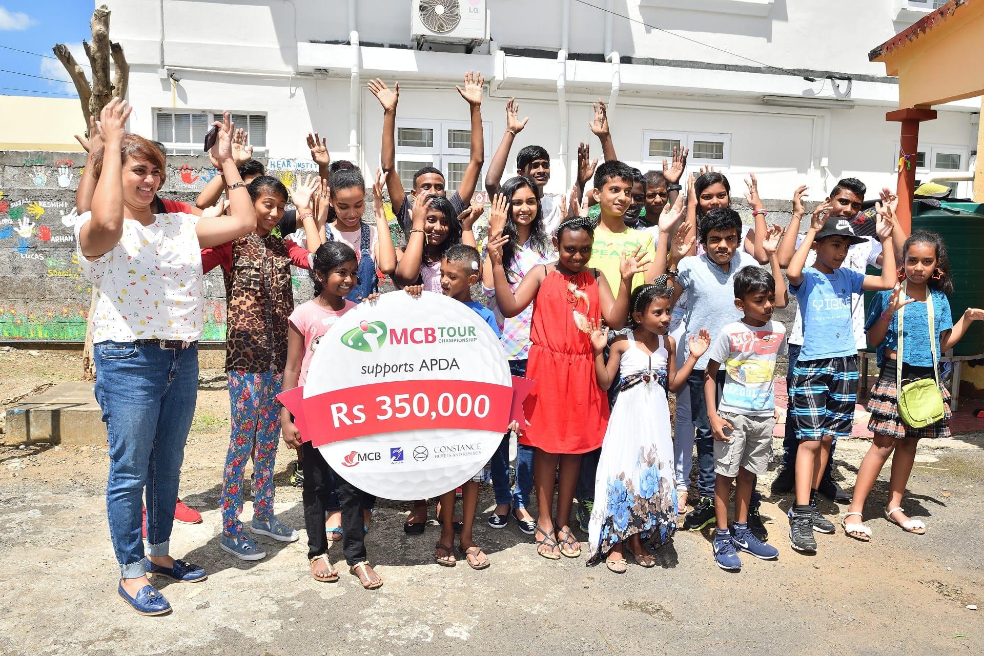 L'APDA reçoit Rs 350 000 récoltées lors du MCB Tour Championship