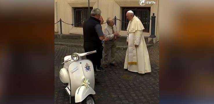 [Vidéo] Le pape François reçoit une Vespa de collection en cadeau