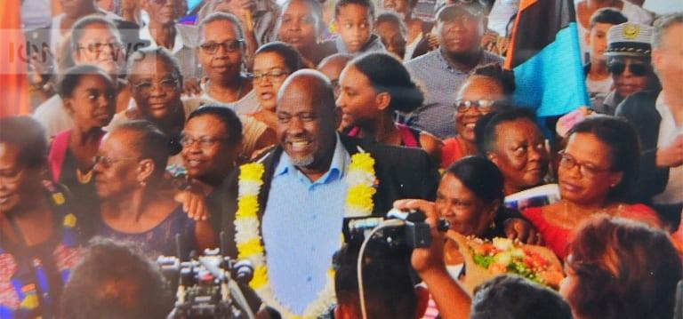 [Vidéo] Chagos : Olivier Bancoult accueilli en héros à sa descente d'avion