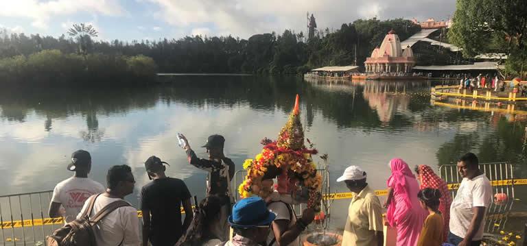Des dévots en pèlerinage au lac sacré de Grand-Bassin.
