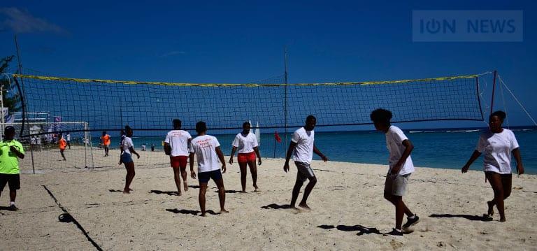 [Vidéo] Toussaint mobilise les jeunes sur la plage de Flic-en-Flac à J-83 des JIOI
