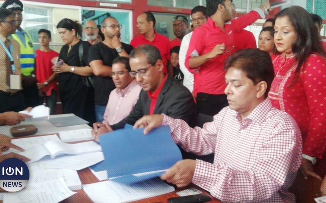 [Live] Osman Mahomed et les deux autres candidats de l'alliance Nationale remplissent leurs nomination papers