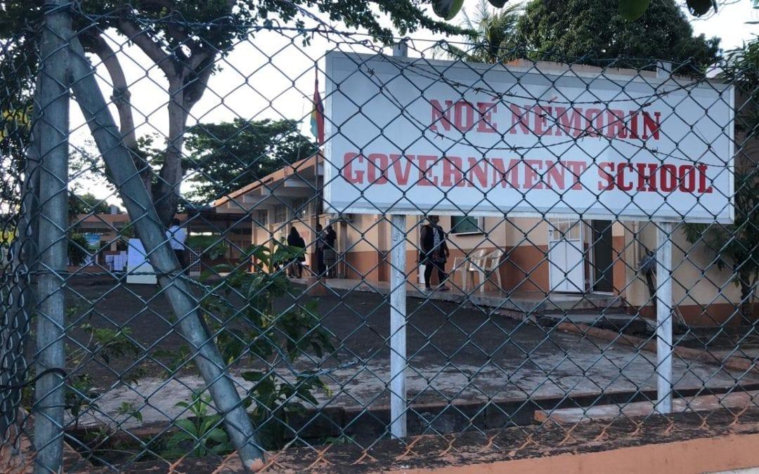 [Vidéo] Le vote débute à l'école Noé Némorin de Trou-aux-Biches, Callichurn vient accomplir son devoir civique