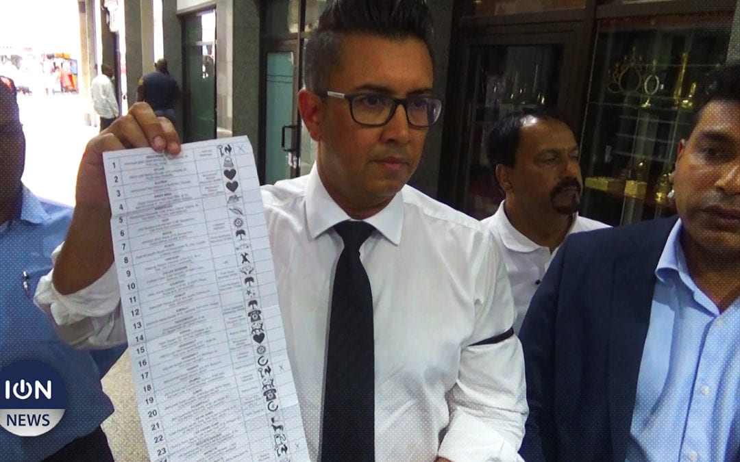 [Vidéo] Mohamed remet le bulletin de vote en sa possession à la Commission électorale