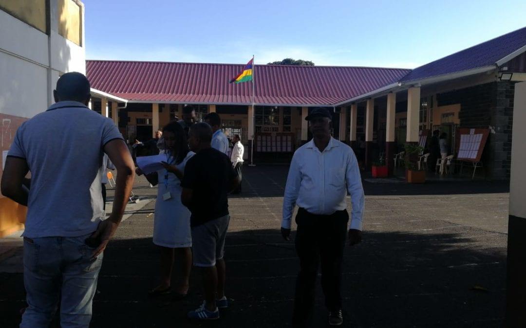[Vidéo] A l'école Louis Nellan, les premiers électeurs se rendent aux urnes