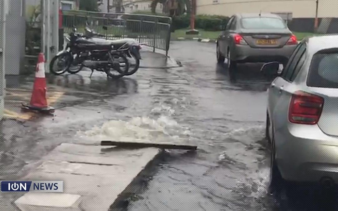 Avis de fortes pluies : Grosses accumulations d'eau à travers l'île, plusieurs drains bouchés par les ordures