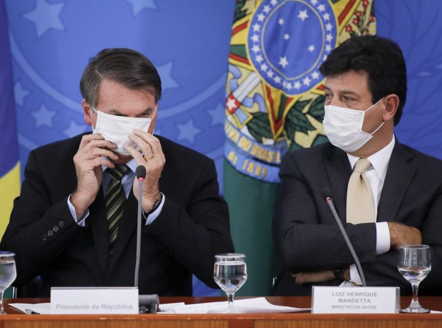 Brésil: Qualifiant le Covid-19 de «petite grippe», Bolsonaro vire son ministre de la Santé