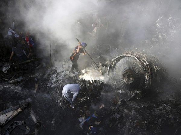 Plus de 80 morts dans le crash d'un avion sur un quartier résidentiel à Karachi