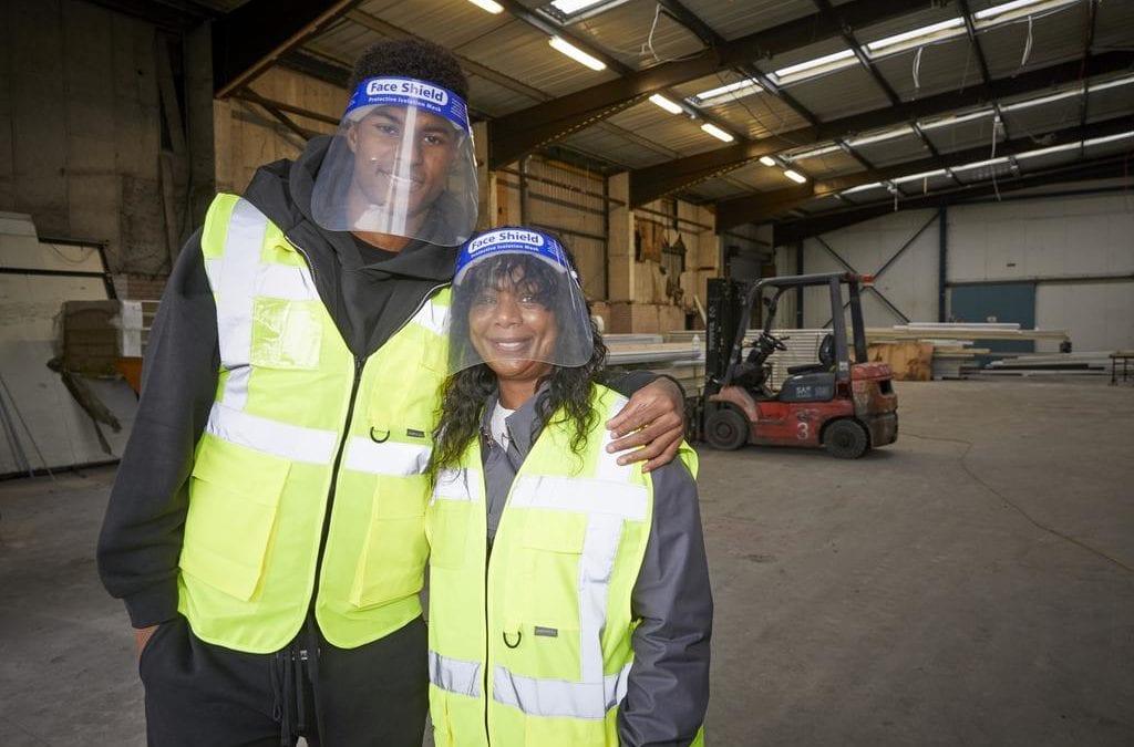 Le footballeur Marcus Rashford et sa mère ouvrent une banque alimentaire pour aider les familles pauvres