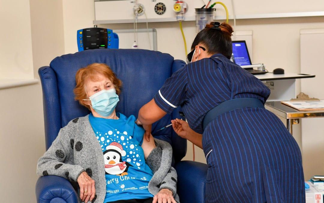 Au Royaume-Uni : Une joaillière à la retraite devient la première personne à recevoir un vaccin anti-Covid