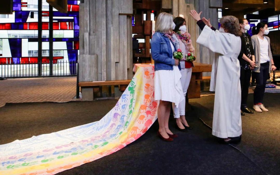 Des prêtres catholiques allemands défient le Vatican et bénissent des couples homosexuels