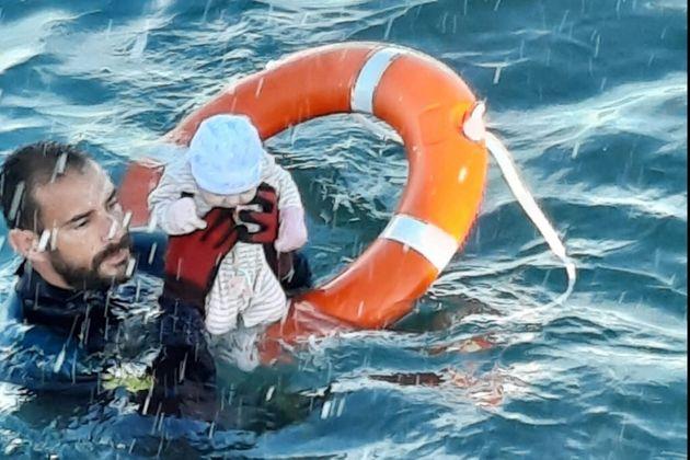 Ceuta : un bébé de deux mois sorti des eaux par un sauveteur de la Guardia civil