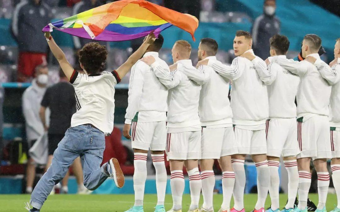 EURO : un activiste brandit le drapeau arc-en-ciel pendant l'hymne hongrois