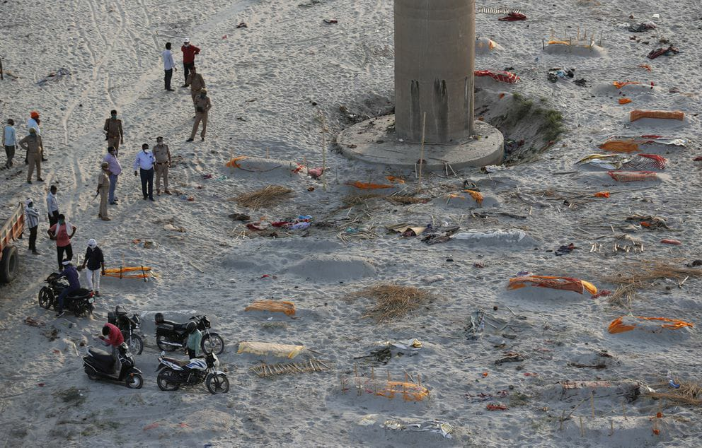 Inde: Des corps enterrés dans le sable le long des rives du Gange