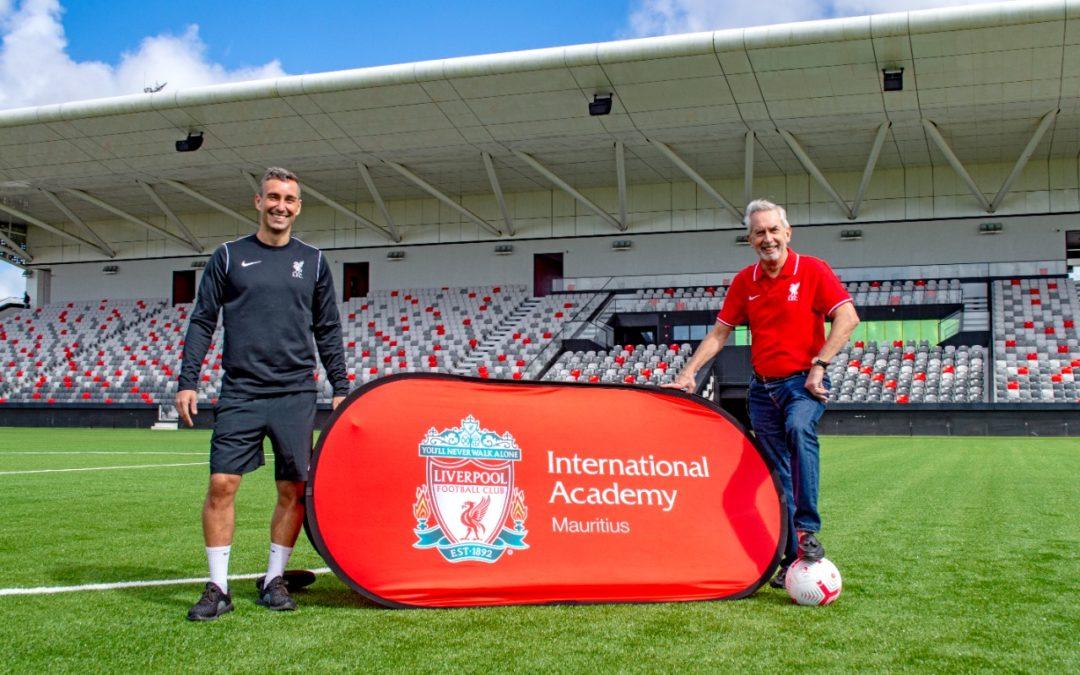 Terry Smith soutient l'Académie internationale du Liverpool Football Club