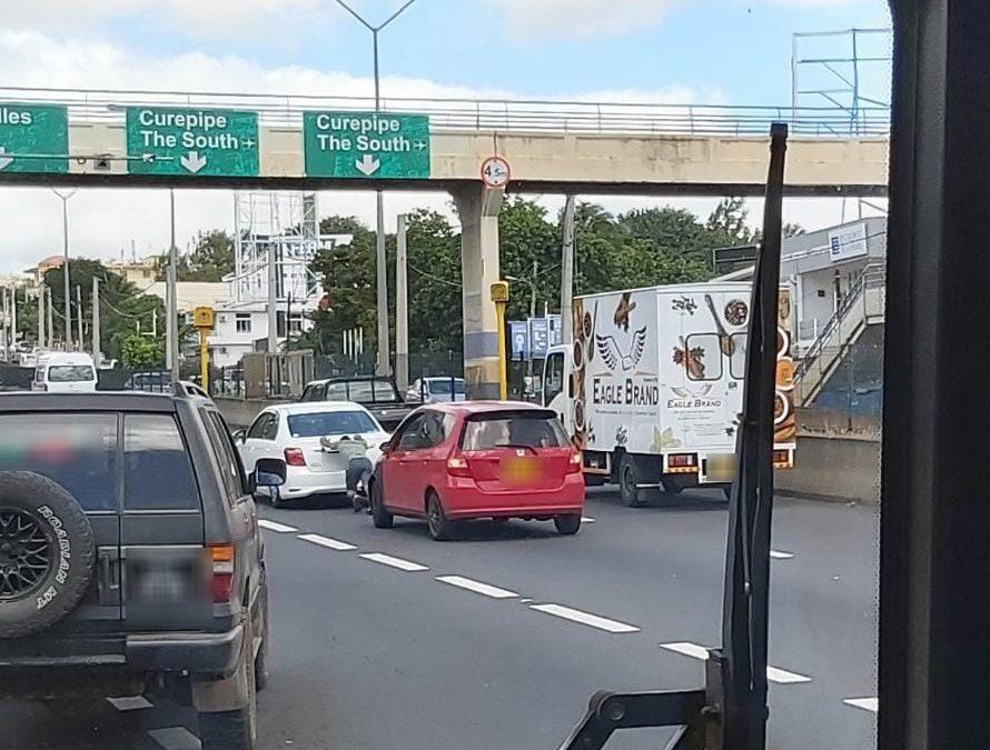 A Pailles : Embouteillage à cause d'une voiture en panne